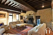 séjour avec plafond à la française et cheminée en pierre