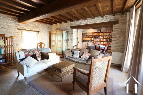 Maison au cœur de Meursault avec 4 caves & 1 cour privée Ref # CR4880BS
