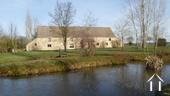 Belle longère rénovée près de Gueugnon Ref # DF4916C image 2 Voorzijde huis met waterpartij