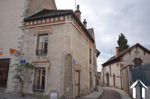 Petite maison sur une place médiévale Ref # CR4929BS