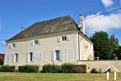 Maison de maître classique en bord de Saône Ref # JP5071B