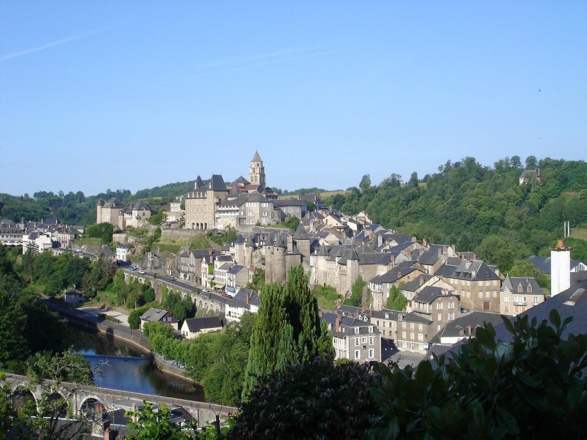 <en>Uzerche</en><fr>La ville de Uzerche</fr>
