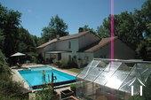 vue sur la propriété piscine et serre