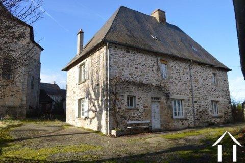 Grande maison du 16ème siècle avec grange, garage et terrain Ref # Li540