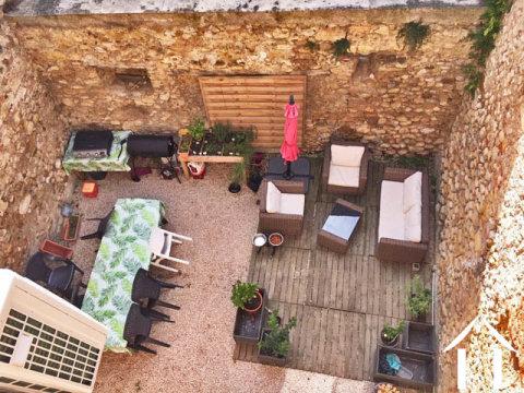 Maison de village rénovée avec cour, grange et terrain non attenants Ref # MP9079