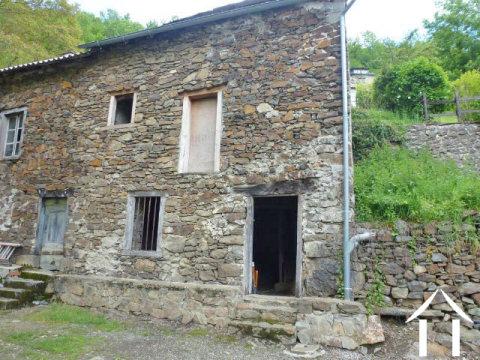 Maison en pierres à rénover avec jardinet attenant Ref # MPDK010