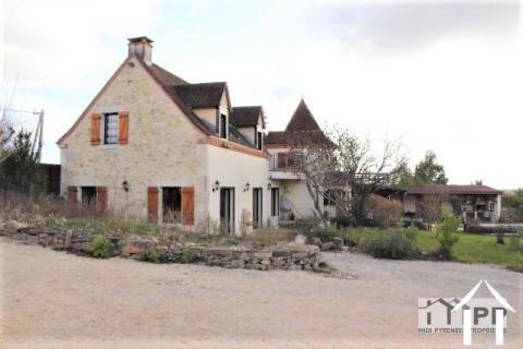 Belle maison avec piscine, 9,9 ha de terrain et vue magnifique à proximité de l'Autoroute A20. Ref # MPMPLS1030