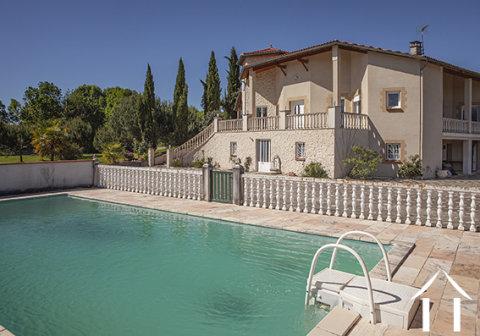 Grande Villa Provençale avec piscine, terrain et une très belle vue sur les Pyrenées. Ref # MPOA1850