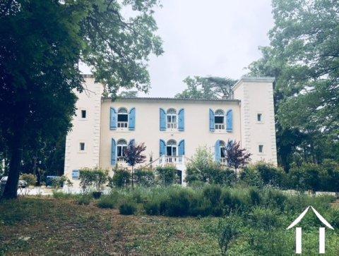 Château rénové divisé en 4/5 logements séparés + 2 maisons, piscine, sur 3,8 ha Ref # MPOP0032