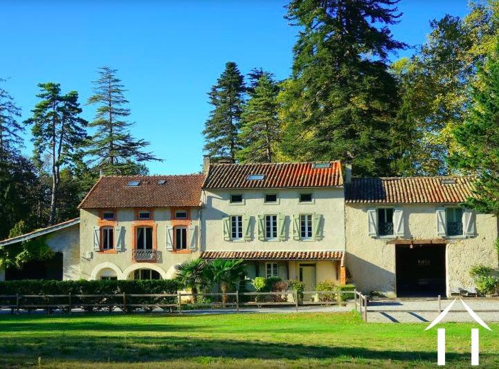 3 habitations rénovées (600m2) avec piscine et dépendances. Situé dans 3 hectares de jardins matures. Ref # MPOP0063